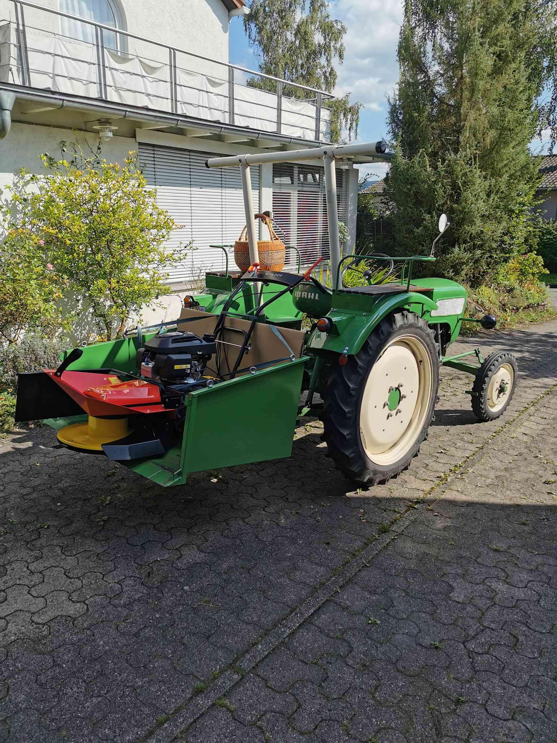 Ein Wahl Traktor transportiert den Vari Trommelmäher auf die Obstwiese